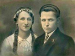 Filip Hron z Dolních Dunajovic vytvořil album svatebních fotografií jako přílohu ke kronice obce pro budoucí generace.