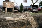Havárii na pozemku způsobila zborcená betonová jímka.