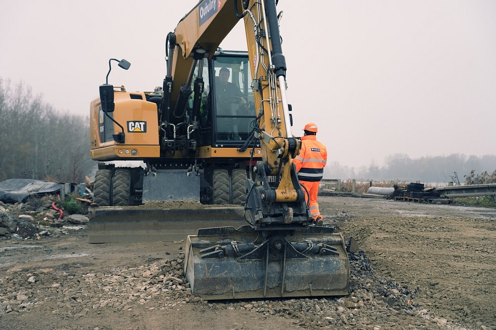 Opraví silnice postižené objízdnými trasami při opravě mostu na I/52 u Pasohlávek. Na snímku dokončovací práce nového mostu přes novomlýnské nádrže u Pasohlávek.