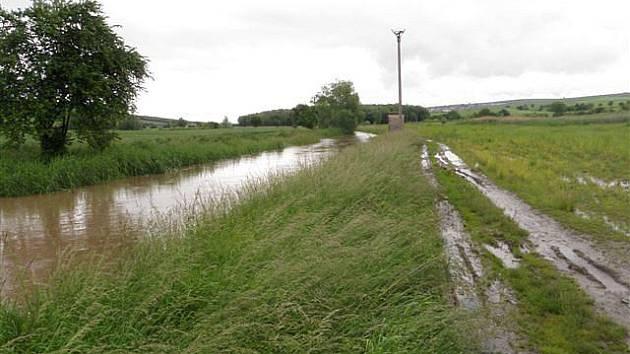Pohled na rozvodněný potok Trkmanka v Bořeticích.
