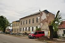 Základní školu v Hruškách poničilo tornádo.