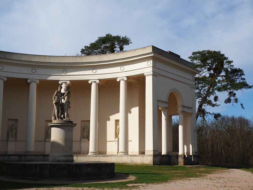 Chrám Tři grácie se nachází v Lednicko - valtickém areálu.