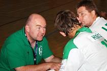 Nový trenér Legaty uděluje pokyny svým svěřencům během prvního extraligového zápasu.