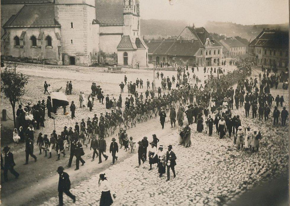 Národní slavnost 1919 s českým praporem (československá vlajka vznikla až o rok později).