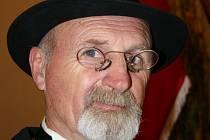 Představitel prezidenta Jaroslav Švach zazpíval Masarykovu oblíbenou píseň Teče voda teče.