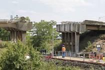 Nevšední pohled nabízí aktuální stav mostu u Ladné. Dělníci odstranili prostřední a boční část stavby, která je jednou z příjezdových cest do obce.