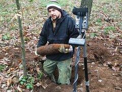 Pyrotechnik vyzvedává starou munici. Ilustrační foto