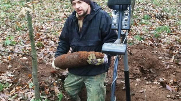 NEPOUŽÍVAT! Pyrotechnik vyzvedává starou munici.