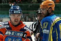 Hodonínského kapitána Petra Pokorného (vlevo) a břeclavského Martina Bartoše od sebe preventivně odděluje čárový rozhodčí.