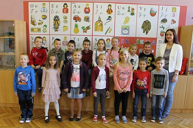 Žáci první třídy ze Základní školy vDolních Věstonicích spaní učitelkou Irenou Šilinkovou.