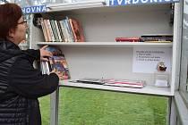 Na autobusové zastávce u staré školy v Tvrdonicích stojí knihobudka.