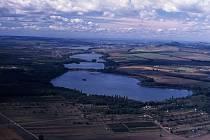 VODNÍ KLENOT. Soustavu Lednické rybníky tvoří Nesyt, Hlohovecký, Prostřední, Mlýnský a Zámecký rybník.