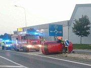 Převrácené skončilo auto po nárazu do stromu v Mikulově. Řidič ve středu ráno zřejmě za volantem usnul.