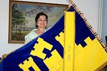 Od neděle zdobí kancelář starostky Týnce Hany Zoubkové posvěcený sametový modrý prapor se žlutým vyšíváním. Odkazuje na historii obce.