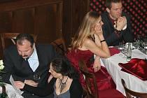 Zámecký sál v Mikulově patřil v sobotu večer reprezentačnímu plesu měst a obcí tří států. Společenské události roku, která nesla podtitul Černobílá noc, se zúčastnily téměř tři stovky obyvatel Mikulova, Drasenhofenu a slovenské obce Kúty.