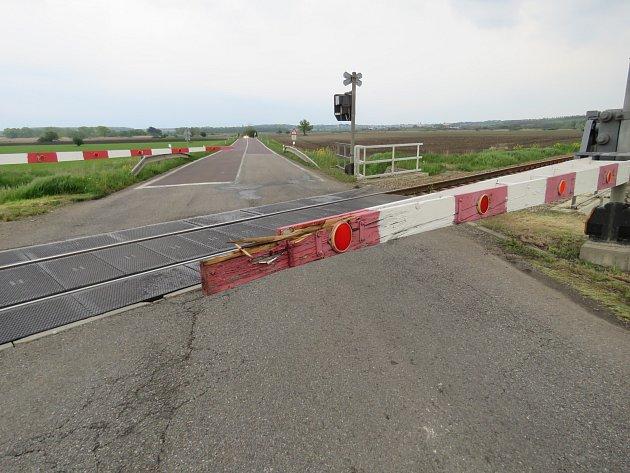 Hazardující řidič uValtic rozrazil závory. Blížil se osobní vlak.