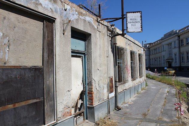 Na mnoha místech Břeclavi lze spatřit chátrající domy, okteré se nikdo nestará. Vedení města iobyvatelé naříkají, že pozemky vlastní soukromí majitelé, se kterými není domluva.