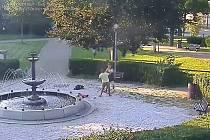 Porvali se v parku kvůli dluhu.