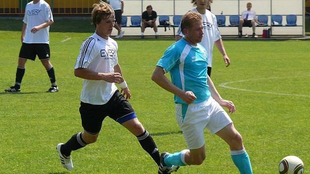 Fotbalisté Mikulova v zápase s Rajhradem. Ilustrační foto.