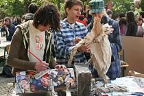 Studenti ze tří zemí vytvářeli před břeclavským gymnáziem díla na téma Inspirace filmem.