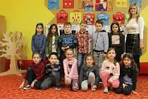 Žáci první třídy Základní školy v Hlohovci s ředitelkou a třídní učitelkou Hanou Sítkovou.