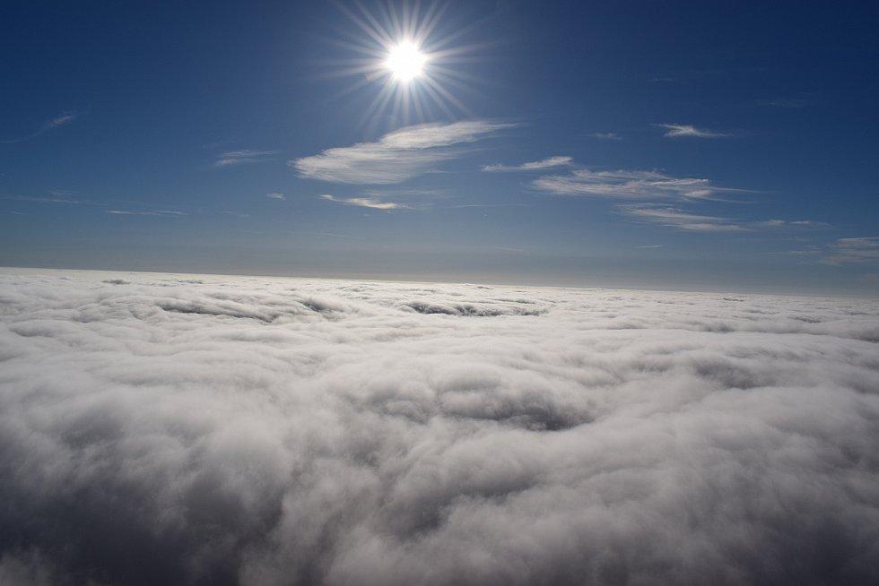 Let nad mlhou.