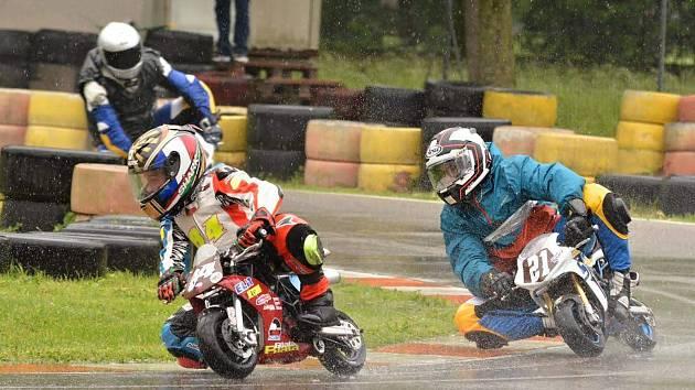 Břeclavský Matyáš Pálka vyjel v deštivém závodě série minibiků v Itálii třetí místo.