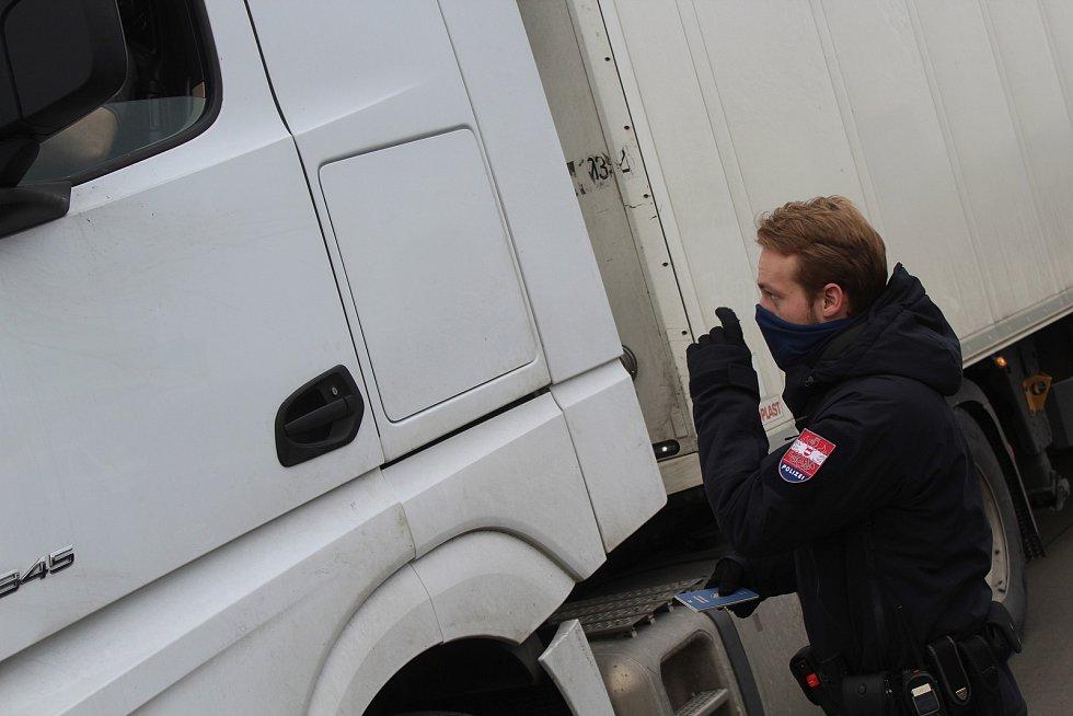 Kontrola na hraničním přechodu při vjezdu do Rakouska u Mikulova.