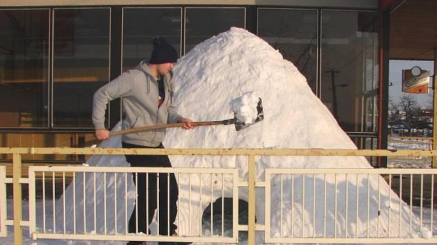 Nadšenci z Podivína si postavili pravé eskymácké iglú.