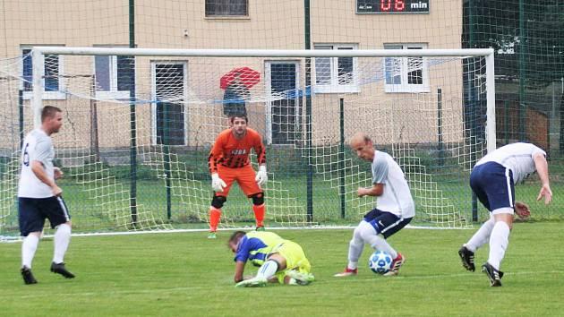 Fotbalisté Tasovice (žlutomodří) přehráli v sobotu celek Želetavy 4:2 v předkole MOL Cupu.