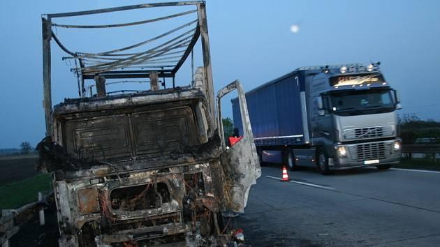 Náklaďák shořel v pondělí v podvečer na dálnici D2 ve směru na Brno úplně celý. Řidič byl cizinec a vyvázl bez zranění.