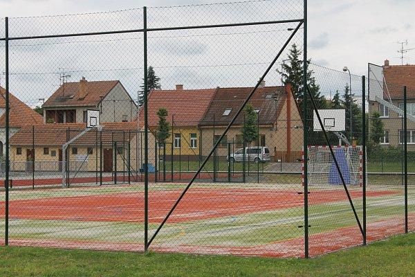Ve Valticích vybudovali vedle sportovní haly inové hřiště sběžeckou dráhou.