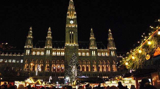 Vídeňská radnice a vánoční trhy.