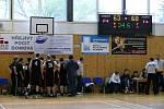 Břeclavští basketbalisté v utkání s Kroměříží.