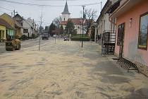 Lavičky, osázené truhlíky a stojany na kola budou na zmodernizované návsi v Přibicích stát od pátku.