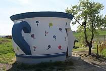 Jednu ze zastávek na Stezce bosou nohou zdobí toalety v podobě malovaného nočníku.