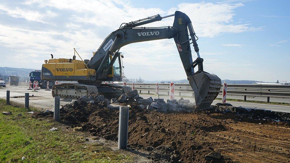 Odstraňování původního cementobetonového krytu na dálnici D2 u Hustopečí.