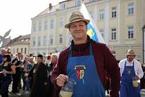 Tradiční burčákové slavnosti tepají tento víkend v Hustopečích. Slavnost dobrého jídla a pití v sobě nezapře velkou dávku humoru a nadsázky.
