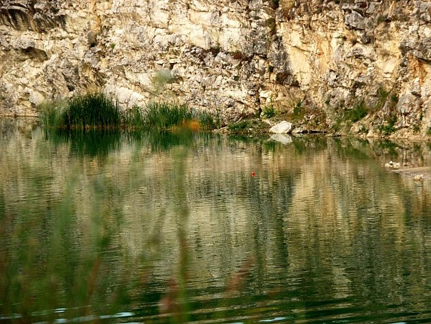 Zatopený vápencový lom na Janičově vrchu u Mikulova.