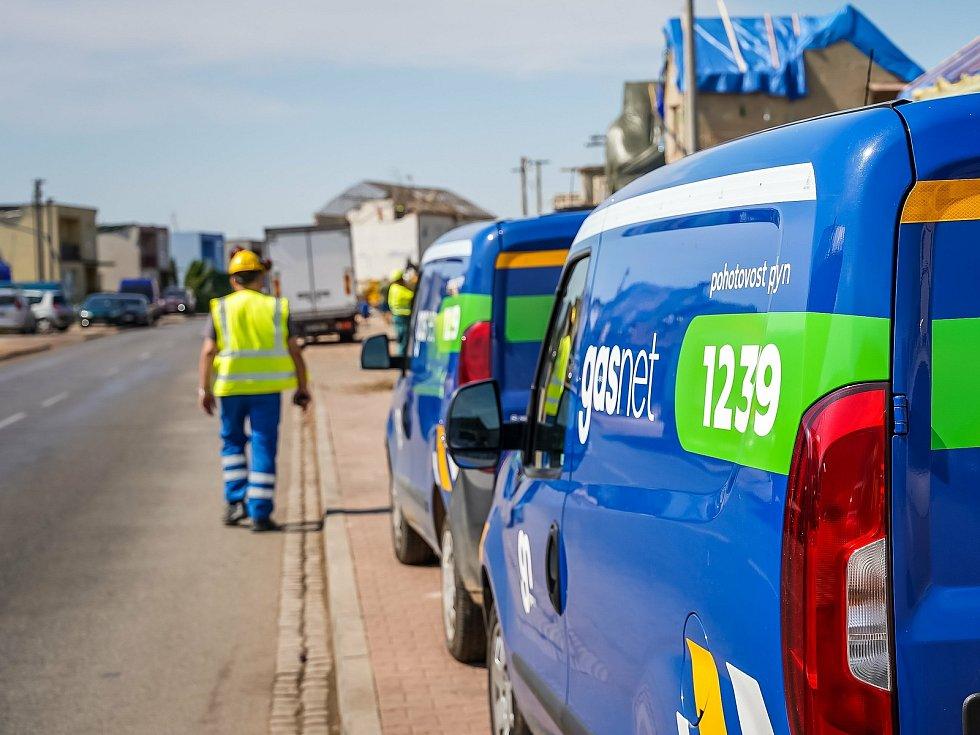 Pracovníci společnosti GasNet pracovali na obnově plynu v obcích zasažených tornádem nonstop. Nyní pomáhají s opravami v domech.