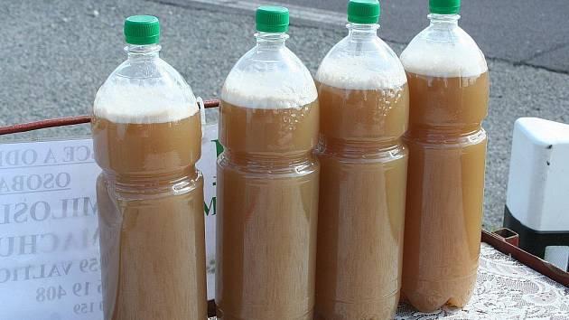 Státní zemědělská a potravinářská inspekce kontroluje, zda vinaři neředí burčák vodou.