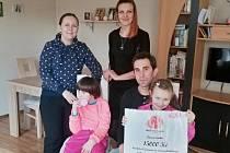 Vánoční iniciativa Starostův svařák už pomáhá lidem. Výtěžek z něj předalo město Břeclav nadačnímu fondu Children's laugh, který část prostředků, patnáct tisíc korun, věnoval Markétě Elsnerové z Charvátské Nové Vsi.