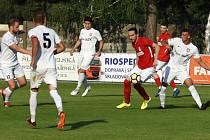 Fotbalisté Sokola Lanžhot (v bílých dresech) se po dlouhé herní pauze konečně dočkali zápasu, i když jen přátelského.
