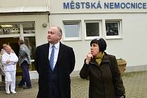 Hustopečská starostka Hana Potměšilová provází hejtmana Jihomoravského kraje Michala Haška při návštěvě městské nemocnice. Kraj se má stát novým provozovatelem.