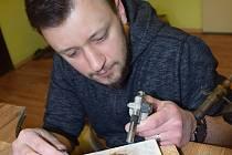 Aleš Ostřížek z Bořetic ve své dílně v Bořeticích vyrábí šperky.
