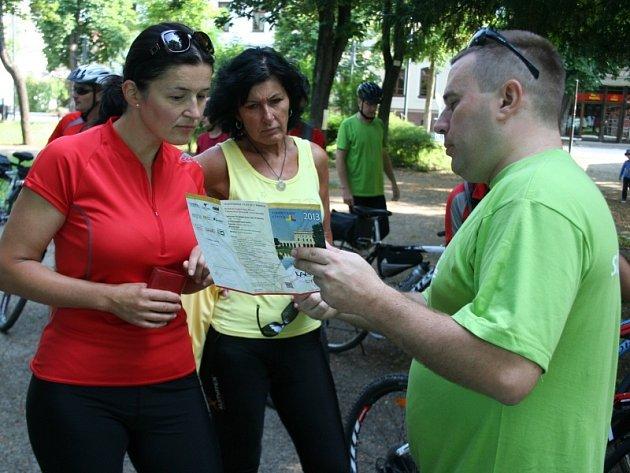 Velkomoravské stezky se v pátek pátého července poprvé otevřely cykloturistům. Od břeclavskégo Velopavilonu vyrazily dopoledne na 52 kilometrů dlouhou trasu desítky cyklistů.