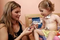 Ještě ani ne dvouletá Ela trpí vzácnou nemocí. Je proto odkázaná na pomoc mámy, která se o ni stará.