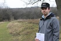 Spokojený člen petičního výboru Jakub Pohl z Kurdějova (na snímku) stojí v místě plánované výstavby rodinných domů.
