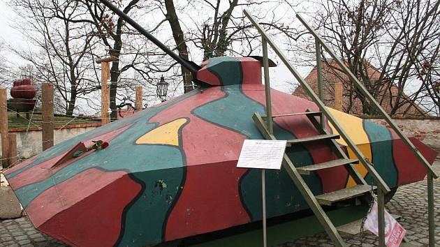 V dráty obehnaném Mikulově v pátek řádila Veřejná bezpečnost a pohraničníci. Na nádvoří zámku poutal pozornost hrušecký tank.