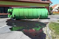 Z převrácené cisterny vyteklo na silnici v pohořelické místní části Smolín asi tři tisíce litrů krve.